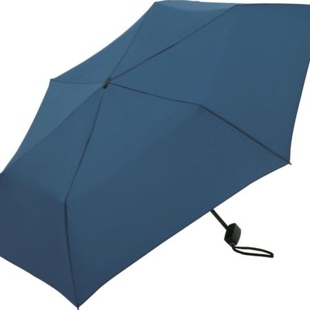 geöffneter blauer Taschenschirm