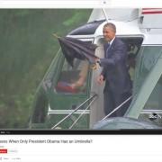 einen Regenschirm in der Hand haltend verlässt Präsident Obama einen Hubschrauber