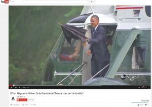 Präsident Obama verlässt mit Regenschirm einen Hubschrauber