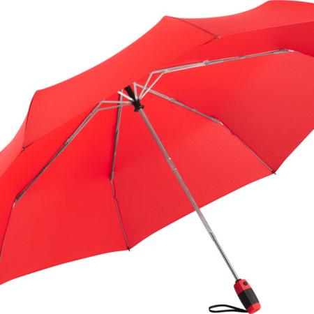 roter Taschenschirm in Übergröße