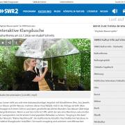 Screenshot einer Kunstfreundin mit transparentem Regenschirm
