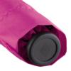Deatilaufnahme des Griffs eines Taschenschirms in pinkem Futteral