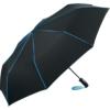 schwarzer Schirm mit blauen Keilnahtpaspeln und blauer Griffschlaufe