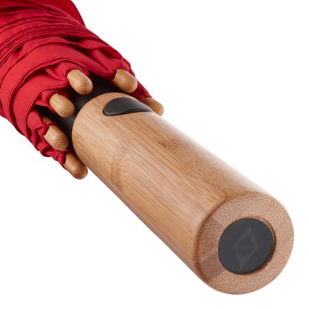 Detailaufnahme des Bambusgriffs eines Fare Regenschirms