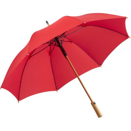 geöffneter Bambus Regenschirm mit rotem Bezug