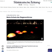 Installation Open Space mit Regenschirmen