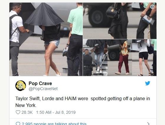 Unter einem Regenschirm versteckt sich mutmasslich Taylor Swift