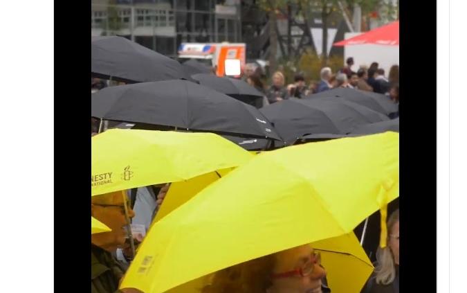Demonstration mit Regenschirmen für Meinungsfreiheit